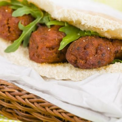Sandwich pita aux boulettes de viande de dinde