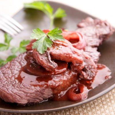 Steak mit Pilz- und Kirschsauce