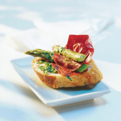 Bruschetta al pesto di prezzemolo con asparagi verdi