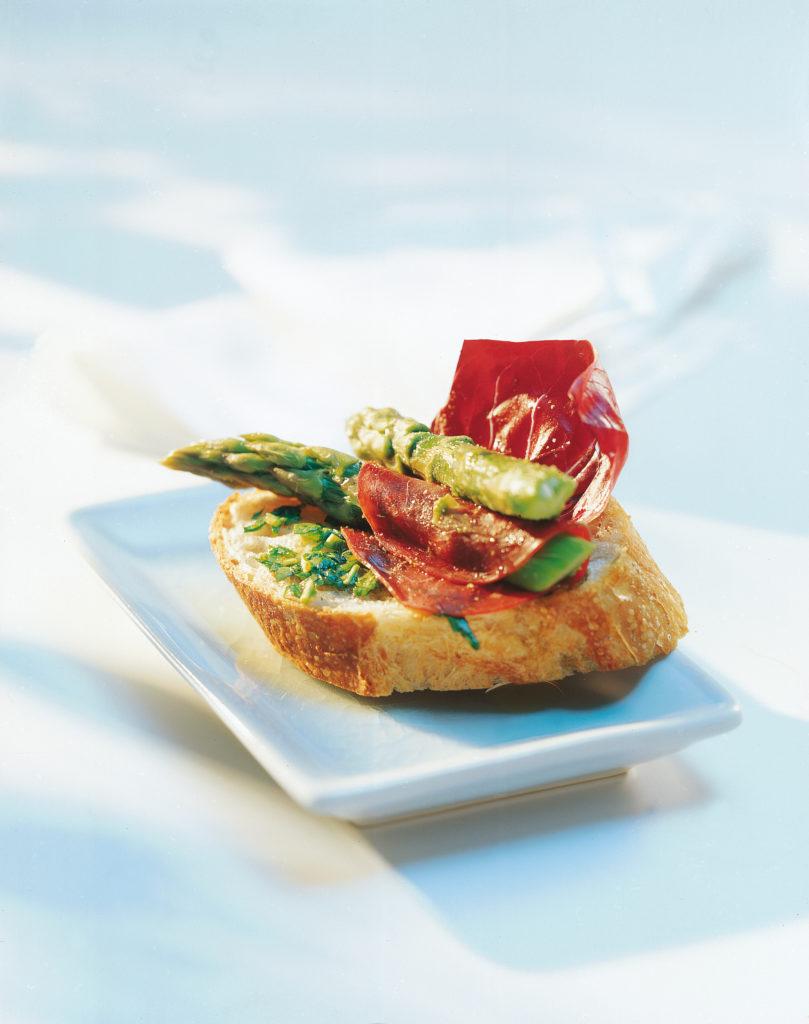 Bruschetta au pistou de persil avec asperges vertes