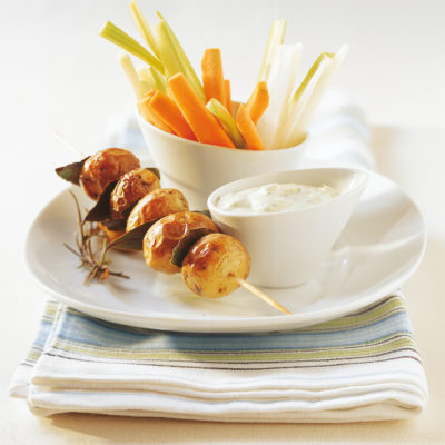 Rohkoststängel mit Kräuterquark und Ofenkartoffeln