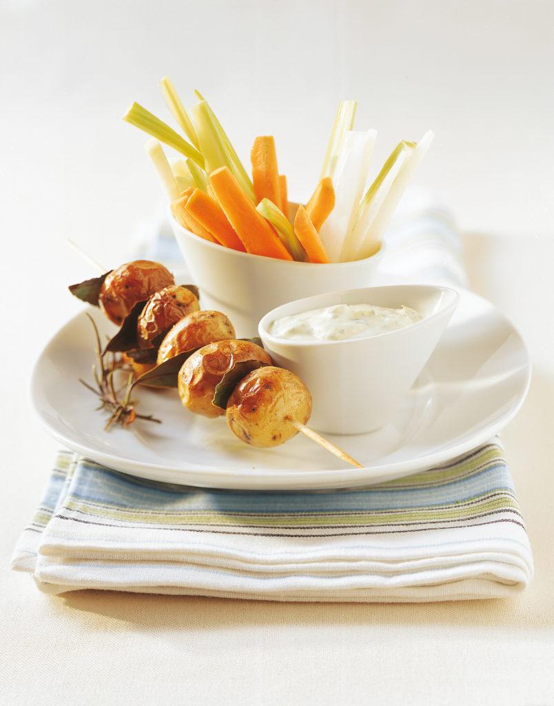 Crudités, fromage blanc aux fines herbes et pommes de terre au four