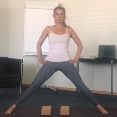 Agosto – Ardha Prasarita padottanasana (Mezza posizione dello stiramento intenso dei piedi divaricati a parte)