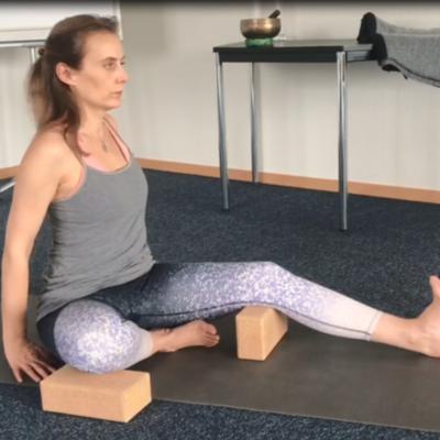 Janu Sirsasana: posizione della testa sul ginocchio